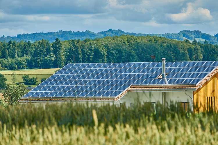 batteriespeicher-mit-solarenertgie-erzeugten-strom-zwischenspeichern-1